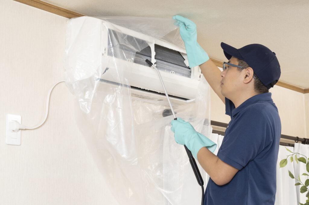 エアコンを洗浄している業者